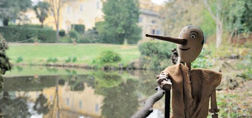 Il burattino Pinocchio nel parco della Villa Gerini di Colonnata