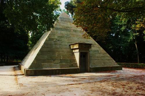 Piramide-cascine