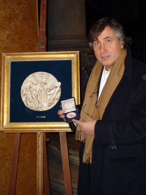 mario_pachioli_riceve_lonoreficenza_medaglia_beato_angelico_firenze_2005